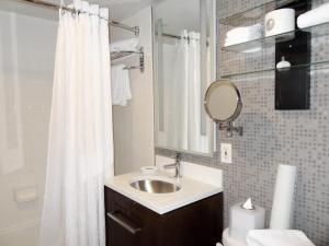 Hotel Rouge Washington DC Bathroom